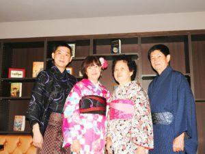 マレーシアからのお客様です\(^_^)/伝統的な着物をお選び頂きました。雨の中ありがとうございます★ 馬來西亞的客人,\(^_^)/選擇了傳統的日本和服圖案,男士体験了袴体験,超級帥氣\(^_^)/謝謝你們今天風雨無阻的對我們的支持,祝你們在日本玩得開心哦!