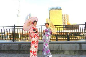 たて線や花柄の日本伝統的なお着物をお選び頂きました(^^)とてもお似合いで素敵ですね(*^ー^)ノ♪浅草散策楽しんで下さいね(^o^)/ 選擇了直線以及碎花點綴的日式傳統和服(^^)一位是艷紅為底色小碎花點綴的和服,另一位則是銀灰為底色,搭配著白花與紫花,三色簡約優雅的和服,都超級適合兩位的喲!!淺草觀光玩得愉快喲!!!!!