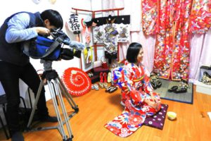 台湾の台視テレビから取材を受けました!放送は12月に華雅が出ます\(^-^)/お楽しみに(^○^)当店もリ二ューアルして、スタジオ併設しました。室内でお写真撮れます。 來自台灣的台視電視台來採訪華雅囉\(^-^)/12月會在台視播放喲,好期待喲!記者體驗了華麗振袖,由於天色較暗,選擇了艷紅色的振袖和服,拍起照來不受氣候影響,依然美麗呢^.^本店也增設了小小照相館,能在室內拍照喲^-^