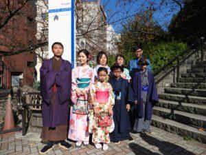 台湾からのお客様です\(^_^)/家族旅行です(^○^)女性は艶やかな着物をお選び頂きました。男性は着物に羽織をお選び頂き、ストーンの羽織紐を付けています。皆様とても上品で素敵です\(^_^)/日本旅行楽しんで下さい! 來自台灣的客人,來日本家族旅行(^_^)女性均選擇了亮麗的顏色,大小碎花點綴的和服!男性則是選擇柔和系的藍色與紫色為主,都超級適合大家的喲!希望今天的和服體驗能讓每位都留下美好深刻的回憶!