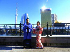 台湾からのお客様です(^○^)艶やかな着物を体験いただきました。とてもお似合いです♪メンズの羽織の色も素敵です\(^_^)/浅草観光楽しんで下さいね\(◎o◎)/ 來自台灣的客人(^○^)今天是第一次體驗和服!女生選擇了紅色為底色,有大小朵花朵點綴的和服;男生選擇了紫藍色的羽織,好美的顏色,都超級適合兩位的!淺草觀光玩得愉快喲\(^_^)/