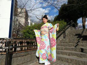 台湾からのお客様です。初めての和服体験ありがとうございます(^^)/伝統スタイルの振袖をお選び頂きました。浅草観光楽しんで下さいね\(◎o◎)/ 來自台灣的客人(^^)今天是第一次體驗和服喲!選擇了淺藍綠為底色,搭配桃紅和黃綠色花朵點綴的傳統振袖和服,很適合呢!淺草觀光愉快喲^.^
