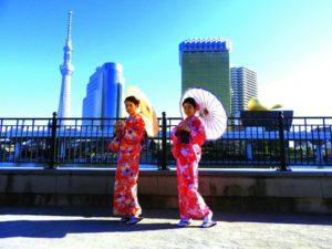 中国からのお客様です\(^_^)/艶やかなお着物をお選び頂きました(^^)とても素敵です(^○^)浅草観光楽しんで下さいね! 來自中國的客人(^o^)快要新年了,想要穿著紅色為主的和服,增加喜氣,一位選擇艷紅色,一位則是粉色的,都很美麗呢(^o^)日本旅遊愉快喲!