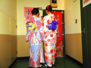 台湾からのお客様です(^○^)日本伝統的なお着物をお選び頂きました!とても素敵です(^.^)浅草観光楽しんで下さいね! 來自台灣的客人(^.^)選擇了較日式傳統風格款的和服!色彩分明,好美呢!淺草觀光愉快喲!