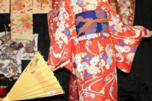 艶やかなお着物をお選び頂きありがとうございます( ^-^)ノ☆和柄のお着物に、刺繍襟がとてもお似合いです♪日本伝統の和服で浅草を楽しんで下さいね\(◎o◎)/ 客人選擇了艷紅為底色,碎花點綴的和服!和柄的和服,搭配刺繡襟非常適合呢!穿著日式傳統和服在淺草街頭漫步愉快唷( ^.^)