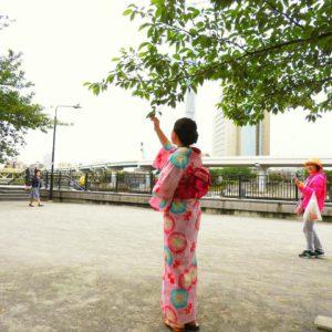 海外からのお客様です!着物体験ありがとうございます。ピンクの朝顔の浴衣です。和傘で記念撮影をいたしました。体験ありがとうございます(^^)