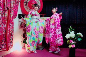 中国 からお越しのお客様です(^^)ピンクやブルーの豪華な振袖プラン皆様とてもお似合いで素敵ですね(^∇^) 从中国来的客人,选择了粉色和蓝色豪华版的振袖很美丽喔^_^愿您今天在浅草玩的开心喔