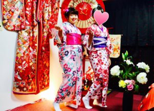 台湾からお越しのお客様です💕 限定キャンペーンプランをご利用頂きました👘ピンクの縦線や花柄の上品な爽やかな浴衣を着て浅草観光にお出掛けです💕お足元の悪い中ご利用ありがとうございます😊楽しんで下さいね\(^o^)/ 台湾来的客人,因为提前预约,享受了本店限定客人的价格优惠🎉两位美女选择了粉色的竖条线花朵图案的浴衣,很适合自己超级可爱💕感谢您在雨天光临本店,愿您在日本玩的开心😊