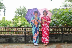 アメリカからお越しのお客様です💕伝統的な浴衣をお選び頂きました👘とてもお似合いで素敵です。ありがとうございます 从美国来的客人、选择了本店粉色和蓝色花朵图案的浴衣👘、都是传统的日本图案很美丽。愿你们在浅草度过美好的一天💗💗
