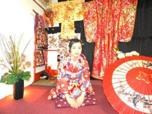 香港からお越しのお客様です\(^_^)/伝統的な本振袖をお選び頂きました(^^)浅草初詣にお出掛けです。楽しんで下さいね\(◎o◎)/ 來自香港的客人(^.^)選擇了紅色款傳統華麗振袖和服,顏色艷麗拍起照來很美呢!淺草觀光愉快喲!
