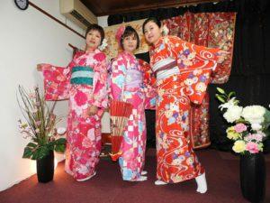 香港からお越しのお客様です。お友達の紹介でご利用頂きました。ありがとうございます( ^-^)楽しんで、和服をお選び頂きました(^^)短い御時間のなか、ご利用頂きまして、ありがとうございます(^^) 來自香港的客人(^.^)之前有朋友來過華雅,推薦客人來的,謝謝!過年穿紅色系列增加喜氣,三位選擇了桃紅,粉紅,艷紅色的和服,搭配大朵的花朵髮飾,好漂亮呢!今天謝謝您們的光臨,多拍些紀念照喲(^^)