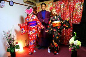 台湾からお越しのお客様です\(^_^)/艶やかなお着物をお選び頂きました(^^)とても素敵です!浅草散策楽しんで下さいね! 來自台灣的客人(^.^)一位女士選擇了豔紅色和服搭配紫色桃紅色袋帶,另一位女士選擇了黑色為底,桃紅色與黃色花朵點綴的和服,搭配金色銀色袋帶,男士選擇紫羅蘭色和服搭配紫紅色的羽織,三位都很適合好看喲(^^)