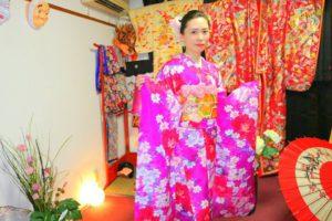 中国からのお客様です\(^_^)/ピンクの艶やかな本振袖をお選び頂きました(^^)帯結びも素敵です\(^_^)/着物体験ありがとうございます(^^)/  來自中國的客人(^^)選擇了華雅人氣款桃紅色碎花點綴的傳統振袖和服,袋帶也很美,淺草觀光愉快喲!