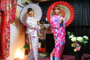 ピンクの艶やかな市松模様のお着物と白地に伝統的な和柄のお着物をお選び頂きました(^^)お二方ともとてもお似合いで可愛いらしいですね(^O^)♪浅草散策楽しんで下さいね(*^^*) 一位是粉色的市松模様的和服,一位是白色底,传统碎花图案的和服,和两位美女超级相配很可爱噢(^O^)♪祝你们今天在浅草玩的开心!