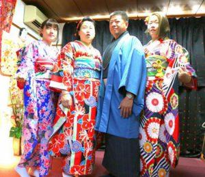 #台湾からお越しのお客様です。初めての#和服体験ありがとうございます(^^) 艶やかな振袖に、#紳士の和服を をお選び頂きました。#東京浅草観光 楽しんで下さいね(^O^) 來自台灣的家族客人(^.^)來日本旅行很多次了,不過淺草是第一次來,很喜歡日本文化,所以一定要來體驗和服!三位女士都選擇了有金線銀線的豪華版傳統振袖和服,好美麗!男士選擇了直線紋路黑色和服,搭配灰藍色的羽織以及日式圖騰衣領,非常帥氣呢!相信今日的和服體驗能讓這趟日本旅行留下美好深刻的回憶!