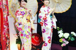 #レトロモダン なお着物をお選び頂きました(^^) #帯 もコーディネートし楽しんで頂きありがとうございます(^^)/ #浅草散策 楽しんで下さいね\(◎o◎)/客人選擇了黃色與米白色,有著紅花,紫花,桃紅花點綴的和服,搭配深紫與淺藍的衣領,袋帶的顏色也與和服做搭配,很適合呢(^^)/祝兩位淺草觀光愉快喲!!!