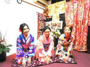 香港からお越しのお客様です\(^_^)/初めての和服体験ありがとうございます(^^)/レトロモダンなお着物をお選び頂きました。またヘアーセットも、和服に会うよいにいたしました。東京浅草浅草寺にお出掛けです\(^_^)/ 來自香港的客人\(^_^)/今天是第一次體驗和服喲!選擇了傳統款式的和服,也做了跟和服搭配的髮型,三位都很美麗喲!準備去淺草寺拜拜(^.^)