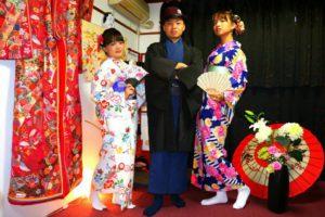 #台湾 からお越しのお客様です(^^)v紳士の着物をお選び頂きました(^^)新柄の花柄の白色お着物もお選び頂きました(^^)皆様とてもお似合いで素敵ですね♪ #浅草散策 楽しんで下さいね♪ 來自台灣的客人(^^)v男士選擇了藍色和服搭配黑色羽織,其中一位女士選擇了深藍色有著直線紋路與大花朵點綴的和服,另一位女士選擇了新款日式花朵圖騰的白色款和服,兩位的袋帶也是新款喲!刺繡衣領的顏色也與和服很搭呢!祝三位淺草觀光玩得愉快喲♪