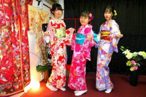 #韓国 からお越しのお客様です(^^)v艶やかな #お着物 をお選び頂きました(^^)とてもお似合いで素敵ですね♪日本旅行楽しんで下さいね♪ 來自韓國的客人(^^)分別選擇了人氣款豔紅色日式圖騰,桃紅色花朵點綴,紫色白色直線條紋相間的和服!三位都很適合很可愛!日本旅行玩得愉快喲♪