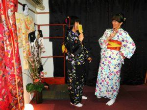 #台湾 からお越しのお客様です(^^)v #花柄 の #お着物 と #レトロモダン なお着物をお選び頂きました(^^)とてもお似合いで素敵ですね!日本旅行楽しんで下さいね♪ 來自台灣的客人(^^)v一位選擇了碎花白色款的和服,另一位選擇了日式圖騰可愛黑色的和服,兩位都很適合可愛呢♪祝兩位日本旅行玩得愉快喲!