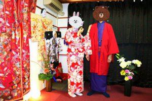 香港からお越しのお客様です(^^)艶やかなお着物をお選び頂きました!浅草散策楽しんで下さいね♪ 來自香港的客人(^^)女士選擇了日式圖騰豔紅款的和服,搭配紫色刺繡衣領與紫色袋帶,男士則是紫色和服搭配紫紅色羽織,兩人的顏色超相配,和服情侶裝!願今日的和服體驗能讓兩人留下美好的回憶!