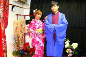 香港 からお越しのお客様です(^^)v艶やかな #お着物 をお選び頂きました(^^) #浅草散策 楽しんで下さいね♪來自香港的客人(^^)v男士選擇了紅紫色和服搭配藍紫色羽織,女士選擇了人氣款花朵點綴桃紅色的和服,粉色花朵髮飾的搭配很可愛呢!祝兩位淺草觀光玩得愉快喲♪