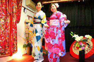 香港 からお越しのお客様です(*^^*) 新柄 #市松模樣 の #お着物 と #本振袖 をお選び頂きました(^^)とても可愛いですね♪ #浅草散策 楽しんで下さいね♪來自香港的客人(*^^*)一位選擇了新款市松模樣的和服,另一位選擇花朵點綴紫羅蘭色的振袖和服,搭配花朵髮飾與日式髮簪,很有日本傳統風格呢(^^)祝兩位在淺草光觀光玩得愉快喲♪