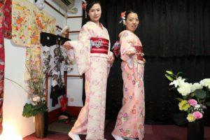 中国からお越しのお客様です(^^)v初めての和服体験ありがとうございます(^^)/ヘアーメイクもいたしました。とても可愛いらしいですね♪ 來自中國的客人(^^)v今天是第一次體驗和服,兩位均選擇了淺色粉紅和服,搭配紅色系袋帶,也做了髮型設計,都很可愛♪淺草觀光愉快喲!