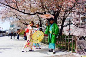 仲良しグループでのご利用頂きました。ありがとうございます^_^とても和やかで楽しくお着付けさせて頂きだきました。浅草撮影楽しんで下さいね^_^ 感情非常好的團體客人^_^選擇了色彩繽紛的和服,很適合春天呢!祝三位櫻花遊賞玩得開心喲!