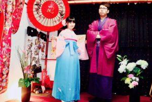 """台湾からお越しのお客様です(^^)v、日本伝統的な艶やかなお着物をお選び頂きました。ありがとうございます 皆様日本旅行楽しんで下さいね(""""⌒∇⌒"""") 來自台灣的客人,第一次體驗袴服,非常合適您們喔!"""