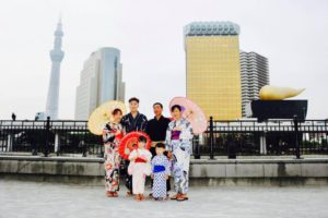 海外からお越しのご家族の皆様です。伝統的な夏浴衣を体験して頂きました✨ 浅草観光楽しんで下さいね💕 來自海外的一家人,謝謝大家體驗日本傳統的浴衣唷~💕祝您們淺草玩得愉快!!