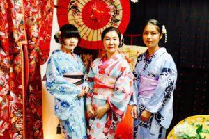 海外からお越しのご家族の皆様です。お暑い中和服体験ありがとうございます(*^▽^*)伝統的に夏浴衣を着て頂きました👘。 來自海外的一家人,在炎炎夏日體驗浴衣辛苦了,大家都選了日本傳統感的浴衣唷,三位都非常美麗漂亮呢(*^▽^*)