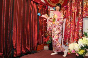 來自中國的氣質女孩,穿上了紅豔的和服,姿色過人呀!