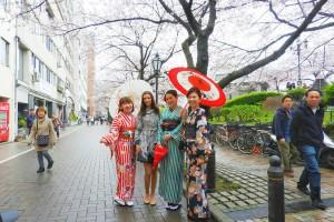 桜満開のしたで、レトロモダンなお着物がとてもお似合いです????浅草散策楽しんでくださいね(σ≧▽≦)σ