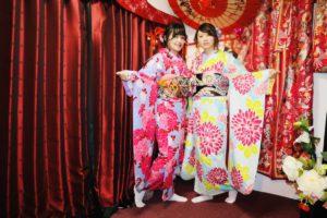 台灣的兩位女士穿上了華麗的高級振袖,髮型也非常精緻呢!