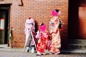 #海外 からお越しのお客様です❤️ #親子 で #和服体験 して頂きました👘💕 #お子様 は可愛い赤い #振袖 に、お母様も艶やかな #本振袖 です👘✨ お二人共お似合いで可愛いですね✨ #浅草観光 楽しんで下さいね🎵  来自海外的客人✨✨。母女一起来体验和服了🎵。宝宝穿的是红色可爱的振袖。妈妈穿的是艳丽的振袖👘。两人都十分漂亮,希望你们在浅草开心哦🎀。