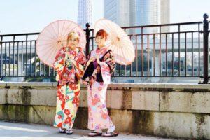 香港からお越しのお客様です。艶やかなお着物をお選び頂きました。とても可愛いです💕またオリジナルのショールがレトロ満載です。雷門ではアイドル顔負けの人気でした(*^◯^*)