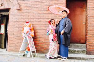 女性は小花柄が可愛らしいお着物で、  男性は縦線のお着物に黒の羽織を合わせて伝統的にコーディネートいたしました😊❣️ 店内スタジオと当店前の隅田公園にて記念撮影です。