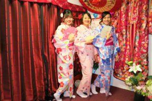 來自越南的三位好友都穿上了粉嫩色系的和服,非常適合呢~