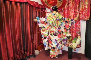 香港的美女穿上了豪華的振袖,背後的蝴蝶結非常華麗,袖子也很吸睛!