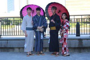 韓国のモデルさん3人に囲まれて幸せそう!#Korea 來自#韓國 的模特兒3人,浴衣很適合各位喔
