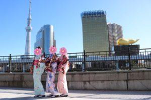 来自台湾的客人👘。大家都租了可爱花样的和服在浅草观光。今天很好的天气很适合在浅草散步哦,谢谢你们来体验传统和服哦✨✨。