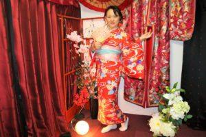 來自中國的媽媽,穿著朱紅色喜氣洋洋的和服!