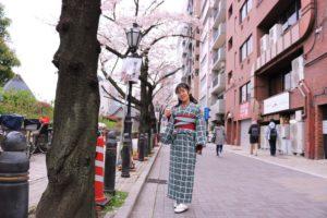 來自中國的女士穿著合身的和服,在淺草漫步,非常的唯美呢!