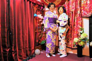 來自中國的女士們選擇了紫色的和服,來淺草賞花。