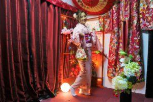 來自中國的氣質美女,穿著一身粉櫻色的和服。