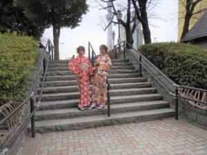 穿著鮮豔的和服一起來淺草寺觀光