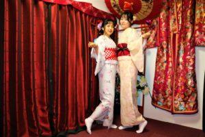 來自中國的兩位美女共同體驗了我們的和服!