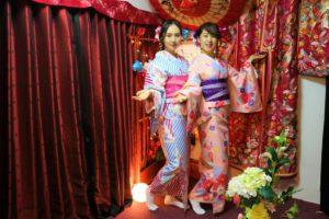 中國的兩位美女穿上了色彩華艷的和服更添幾番姿色