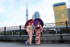 中國客人穿上艷麗的和服非常適合呢